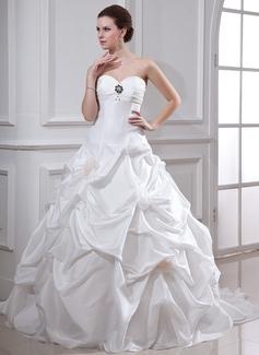 Corte de baile Escote corazón Cola capilla Tafetán Vestido de novia con Volantes Bordado Flores